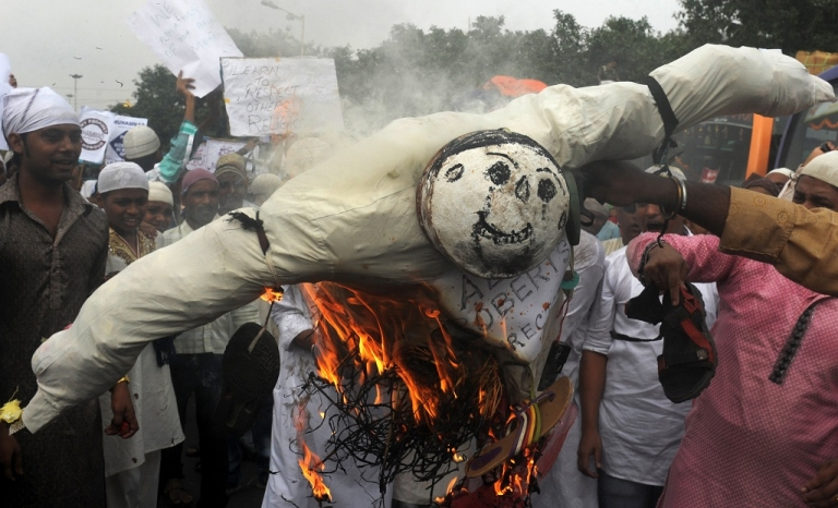 <p>Indian Muslim protesters burn an effigy of Alan Roberts, the alleged director of an anti-Islam video, during a protest against the film in Kolkata on October 5, 2012. The low-budget, US-produced 'Innocence of Muslims' movie has incited a wave of bloody anti-American violence in Libya, Egypt, Sudan, Tunisia, Yemen and in several other countries across the Muslim world.</p>