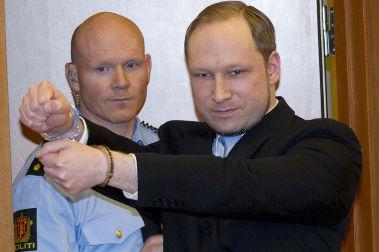 <p>Norwegian right-wing extremist Anders Behring Breivik (R), 32, arrives on February 6, 2012 in court in Oslo that was convened for a hearing on his detention. The Norway gunman who killed 77 people in twin attacks on July 22, 2011 asked an Oslo court to release him immediately, explaining that his massacre was a