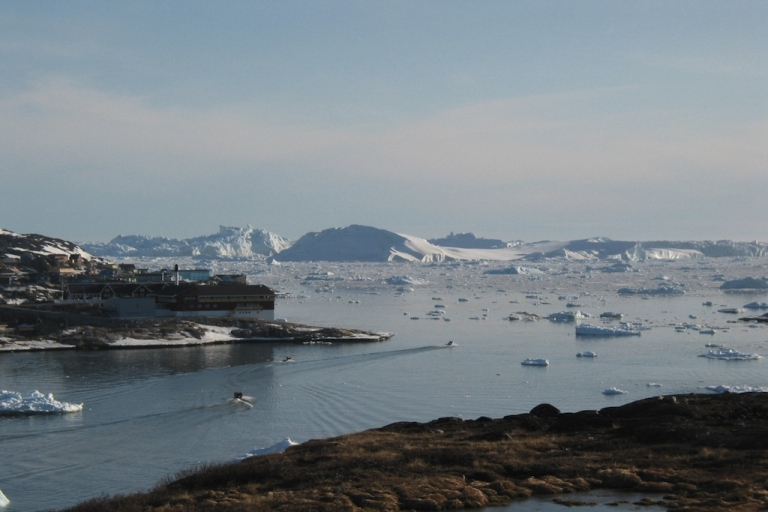 <p>Twenty tourists were rescued in the Canadian arctic territory of Nunavut after being stranded on ice.</p>