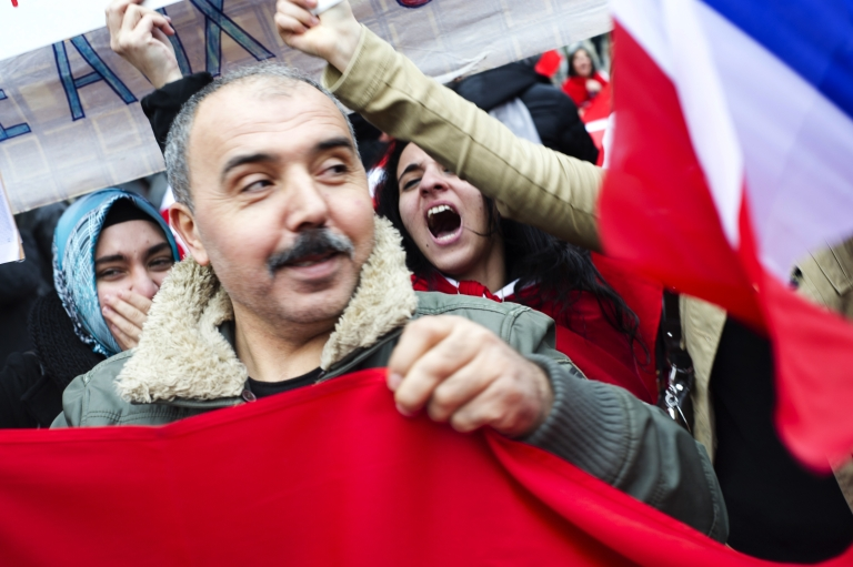 <p>Turkish people demonstrate near the French Senate in Paris today against the vote session for a bill criminalizing the denial of the Armenian genocide.</p>