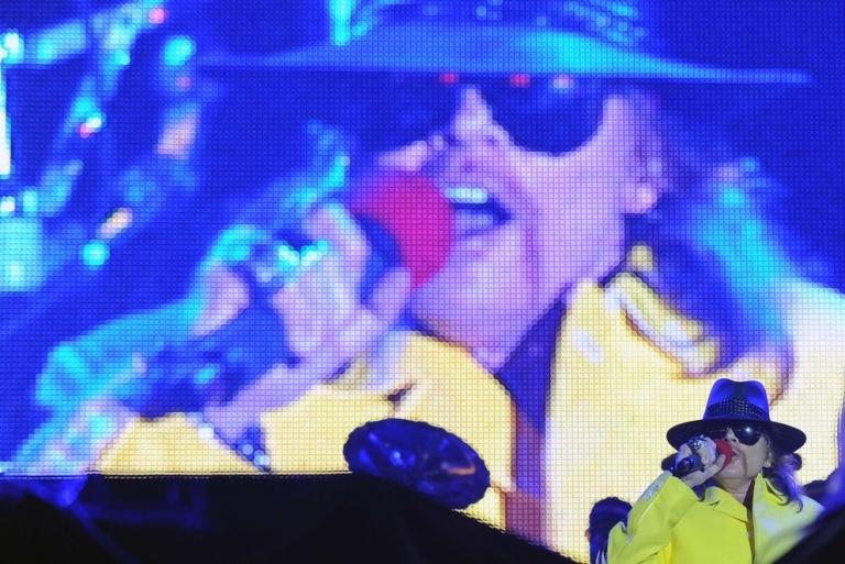 <p>One reason to learn English: You can sing along with Guns N' Roses when they play in Rio.</p>