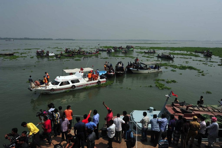 <p>The rescue operation to recover passengers after a ferry accident in Munshigong on Mar. 13, 2012.</p>