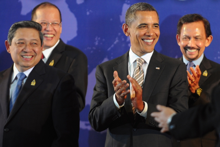 <p>US President Barack Obama applauds with Southeast Asian leaders, Indonesian President Susilo Bambang Yudhoyono (left), Philippines President Benigno Aquino (2nd from the left) and Brunei Sultan Hassanal Bolkiah (right), at the East Asia Summit on Indonesia's resort island of Bali on Nov. 19, 2011.</p>