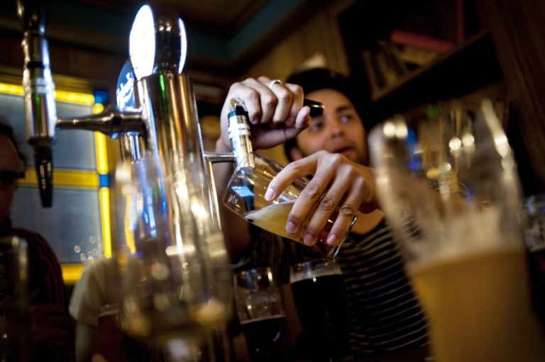 <p>Students who binge drink in college are happier than their non-bingeing peers, new research suggests.</p>