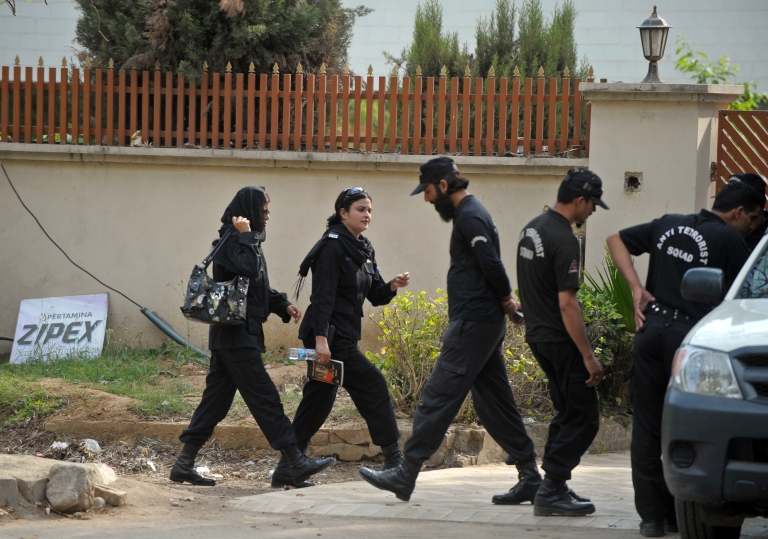 <p>Pakistani women police commandos and male colleagues change shifts today outside the house where family members of slain Al-Qaeda chief Osama bin Laden are believed to be held in Islamabad.</p>