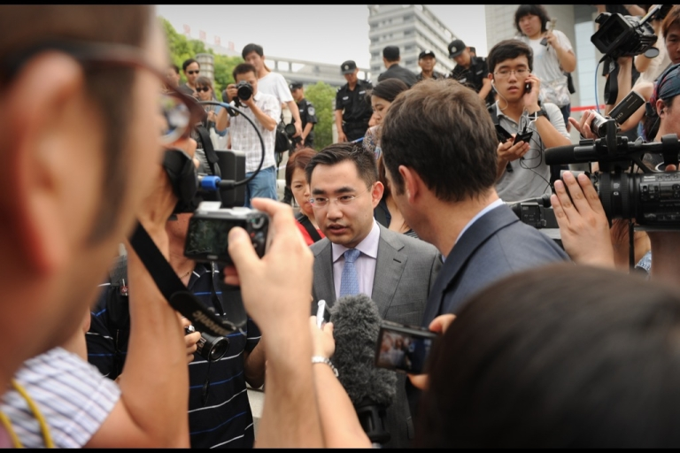 <p>He Zhengsheng (C) a lawyer for the family of British murder victim Neil Heywood is surrounded by reporters as he leaves the Intermediate People's Court in Hefei, Anhui province on August 20, 2012, after Gu Kailai, wife of the disgraced leader Bo Xilai, was given a suspended death sentence for Heywood's murder.</p>
