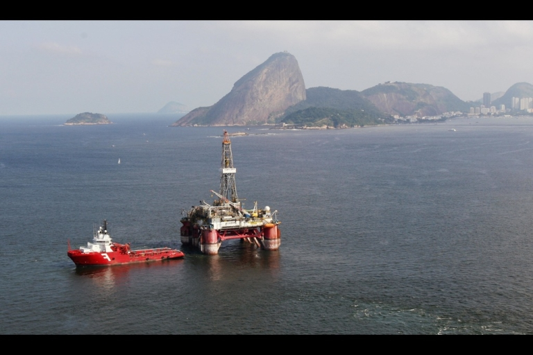 <p>Aerial view of an oil drilling platform in the Guanabara Bay in Rio de Janeiro city on April 30, 2009.</p>