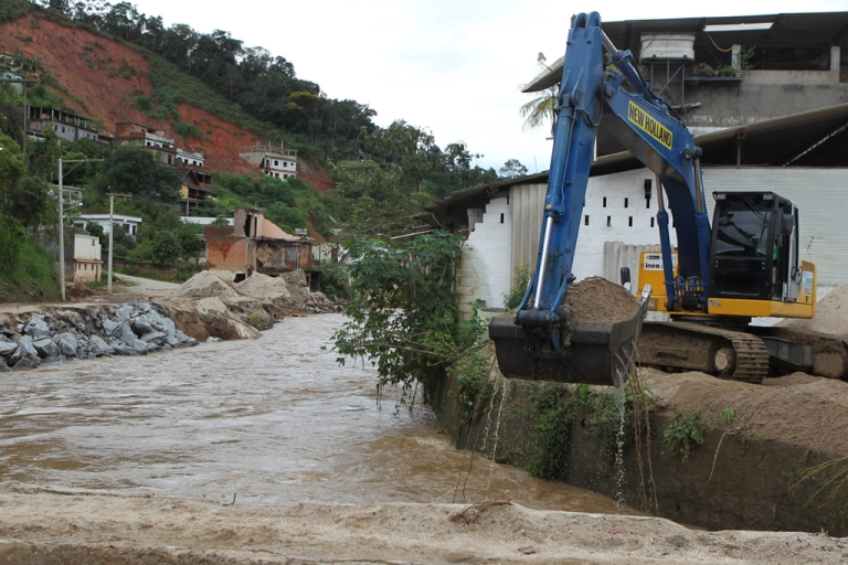 <p>An excavator works trying to contain the water in a flooded road at the Corrego Dantas neighborhood in Friburgo, 150 km north of Rio de janeiro, Brazil on January 3, 2011. Six people dead, another one missing and 52 municipalities declared in a state of alert is the toll left by the summer rains season in southeastern Brazil so far.  AFP PHOTO/DANIEL MAGALHAES</p>