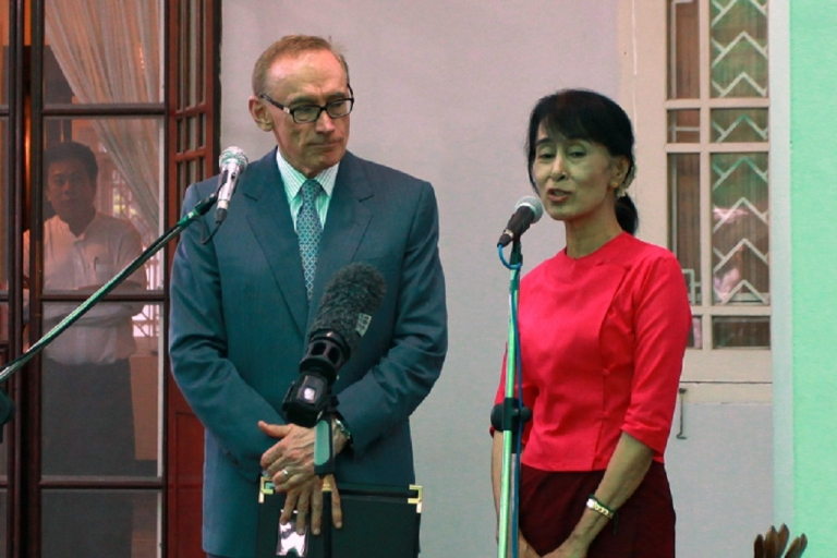 <p>Myanmar's opposition leader Aung San Suu Kyi photographed outside her house in Yangon with Australia's Foreign Minister Bob Carr during his three-day visit to the country.</p>