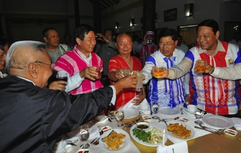 <p>General Mutu Saipo (C), a representative of the rebel Karen National Union (KNU) toasting with Myanmar Railway Minister Aung Min (2nd L), Industry Minister Soe Thein (2nd R) and Immigration Minister Khin Yee (R) during a welcoming dinner held on the eve of talks between KNU leaders and a Myanmar government delegation, on Jan. 11, 2012 in Hpa-An, the main city of the country's eastern Karen state.</p>