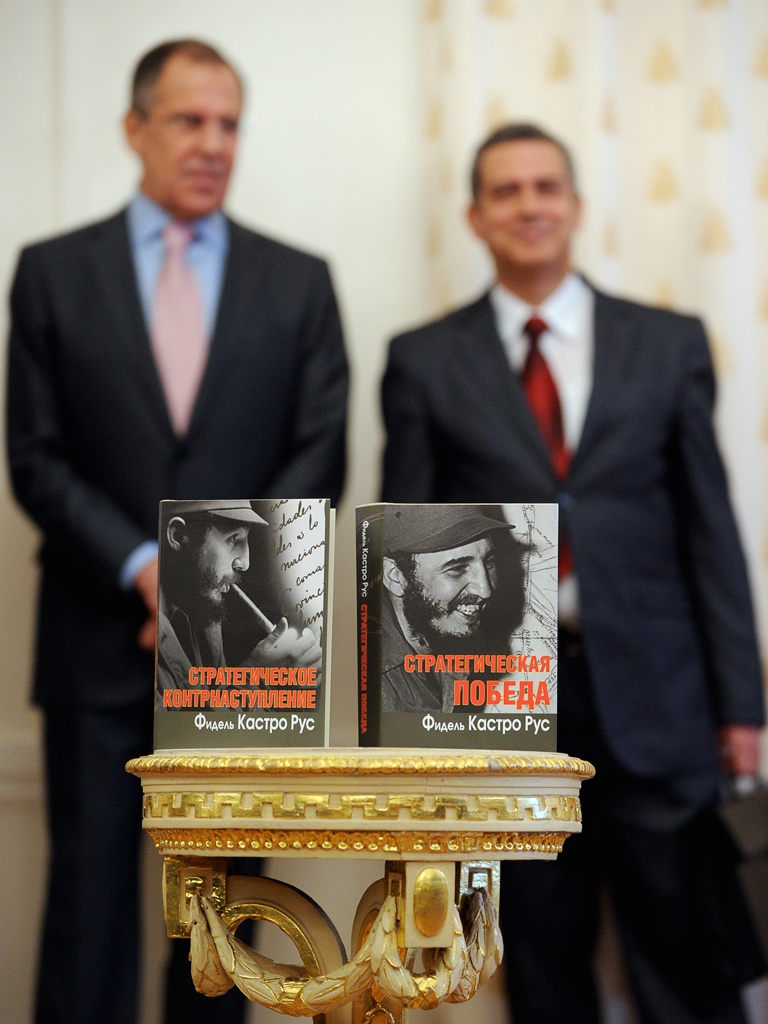 <p>Cuban Ambassador to Russia Juan Valdes Figueroa (R) and Russian Foreign Minister Sergey Lavrov (L)  stand next to the Russian edition of the former Cuban leader Fidel Castro's two-volume memoirs during the book presentation in Moscow, on October 17, 2011.</p>