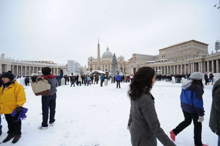<p>People stand on St Peter's square at the Vatican on February 4, 2012. Heavy snowfalls in Rome caused the normally mild-weather Italian capital to grind to a halt.</p>