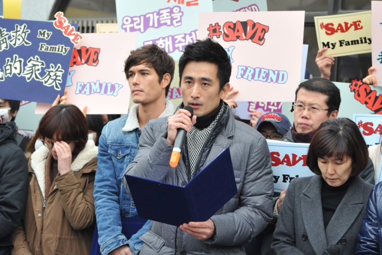 <p>Cha In Pyo, a famous South Korean actor, leads an anti-Beijing protest outside the Chinese embassy in Seoul on Feb. 26, 2012.</p>