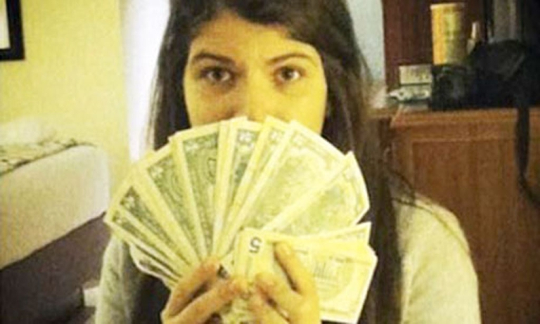 <p>Rosinés Chávez poses with US dollars, much sought after in Venezuela thanks to her father's currency controls (Instagram)</p>