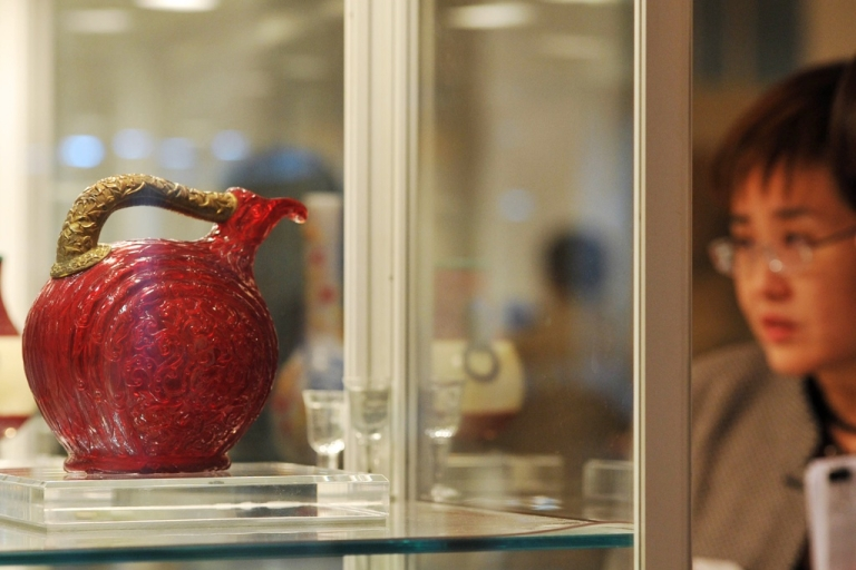 <p>A Chinese imperial molded and carved red glass bird-form ewer from the Qianglong period (1736-1795).</p>