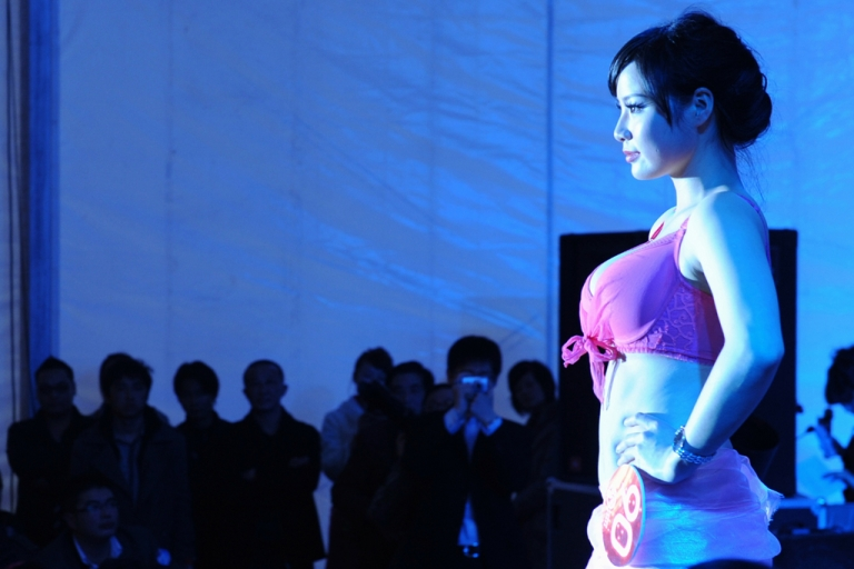 <p>A Chinese model participates in a best breast model contest in Hefei, east China's Anhui province.</p>
