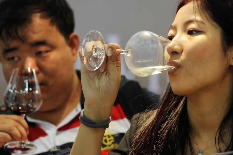 <p>Chinese visitors sample imported wines during the Vinexpo Asia-Pacific trade fair in Hong Kong on May 30, 2012. Fruity reds are the kings of the Chinese wine market, but experts at Asia's biggest wine fair say women are leading a trend toward whites that will open new revenue streams for producers worldwide, including South Africa.</p>