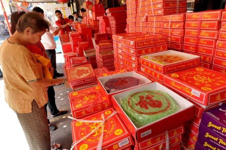 <p>Customers buy Chinese New Year pudding in China Town in Manila on February 11, 2010, days before the Lunar New Year heralding the Year of the tiger.</p>