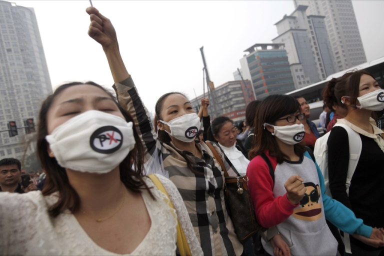 <p>Chinese protesters march to protest against the construction of a 55.9 billion yuan (8.9 billion USD) chemical plant in Ningbo, east China's Zhejiang province on October 28, 2012.</p>