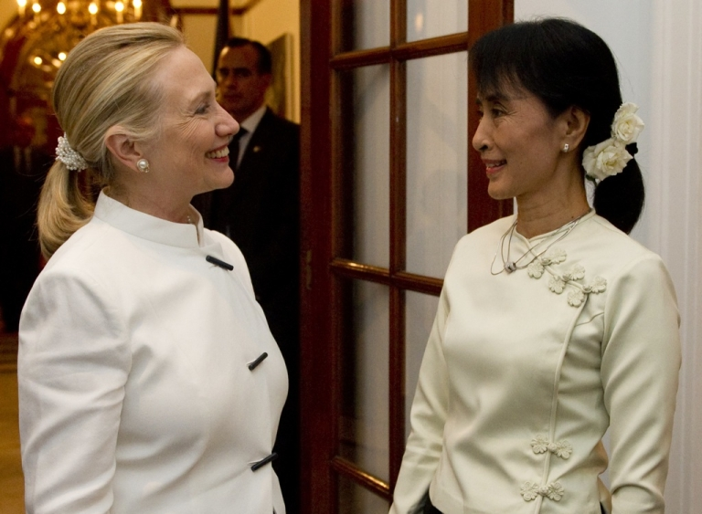 <p>US Secretary of State Hillary Clinton (L) and pro-democracy opposition leader Aung San Suu Kyi talk prior to dinner at the US Chief of Mission Residence in Rangoon, Myanmar, December 1, 2011.</p>