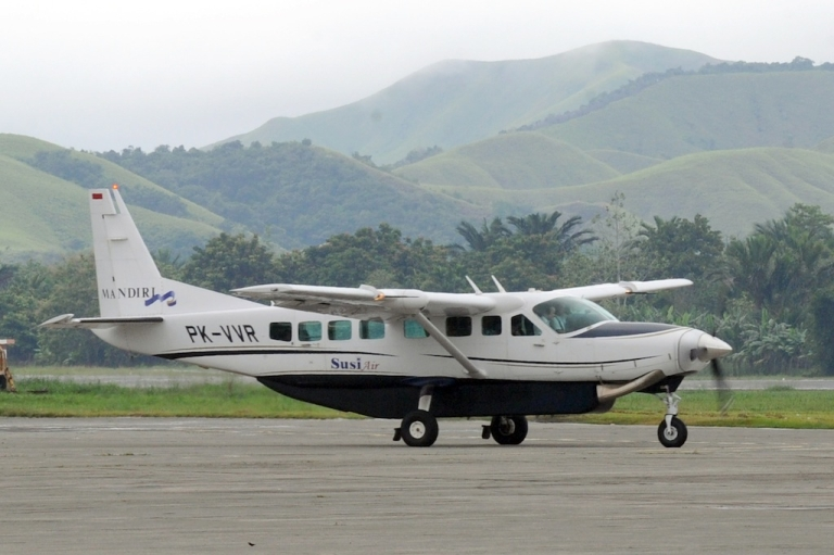 <p>This file photograph taken on June 17, 2011 shows a Cessna Grand Caravan aircraft of Susi Air preparing to take off at Jayapura airport in Papua province. The Cessna Grand Caravan is a larger version of the Cessna 210, which was stolen from a Colombian airport on June 10, 2012.</p>