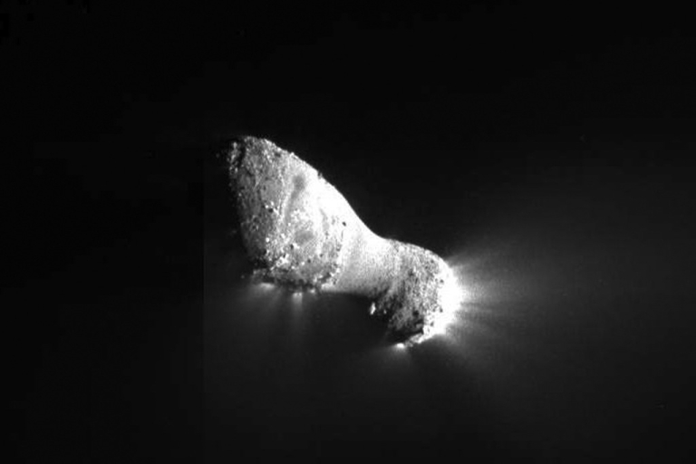 <p>In this handout photo provided by NASA, Comet Hartley 2 is seen on Nov. 4, 2010. The picture was taken as a spacecraft flew by around 1:59 pm GMT, from a distance of about 700 kilometers (435 miles).</p>