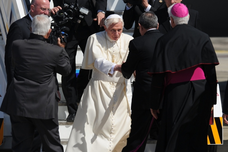 <p>Pope Benedict XVI is welcomed by Cuban President Raul Castro as he arrives in Santiago de Cuba from Mexico to begin a three day visit of the country.</p>