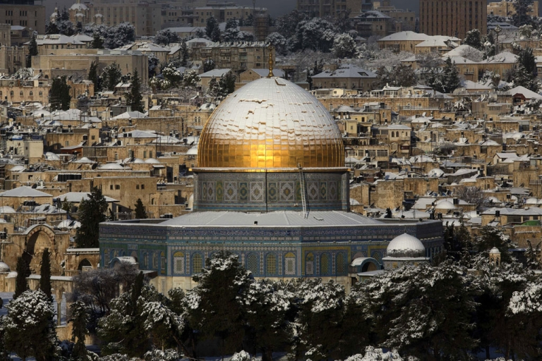 <p>Snow covers the Dome of the Rock at the Al-Aqsa mosque compound in the old city of Jerusalem after a winter storm on January 10, 2013.</p>