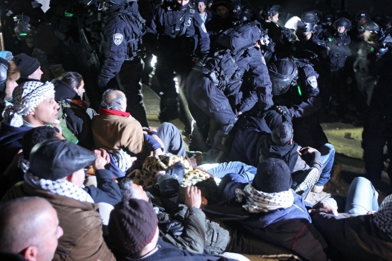 <p>Israeli border police (back R) evict Palestinian protesters from the scene in the controversial West Bank area known as E1.</p>