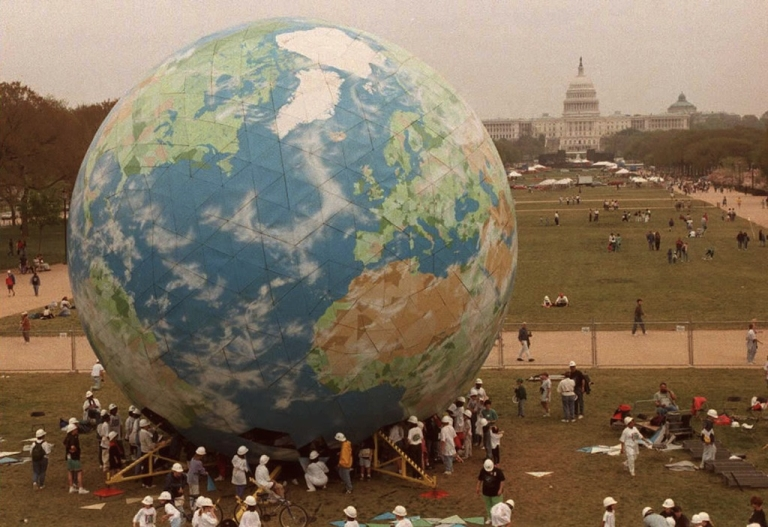 <p>More than 1,200 students from across the US assemble a five-story globe on the National Mall in Washington 21 April. The globe is part of the festivities to mark the 25th anniversary of Earth Day which will be celebrated 22 April.</p>