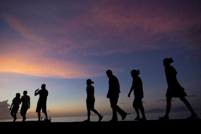 <p>East Timorese walk along the beachfront in Dili, April 20, 2012.</p>
