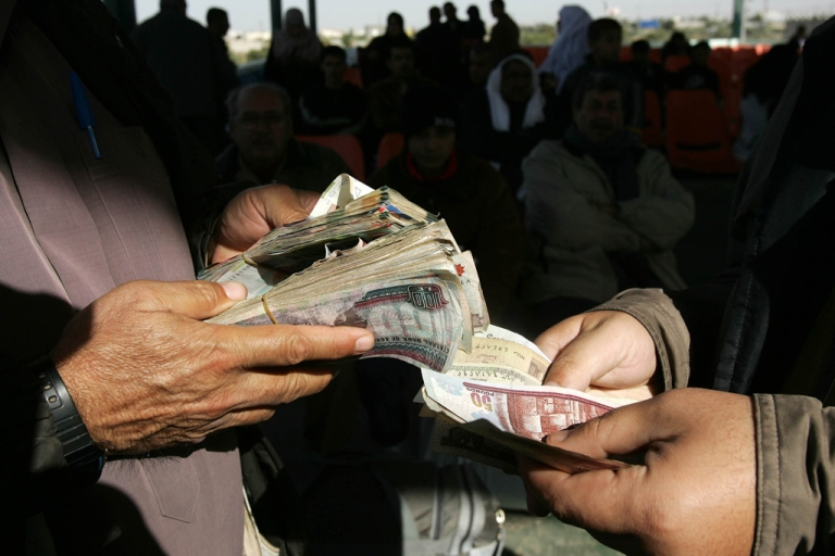 <p>The Egyptian pound slipped to a record low on January 9, 2013 despite news of a $2.5 billion loan from Qatar.</p>