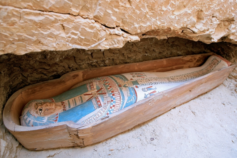 <p>A picture taken on April 26, 2009 shows a wooden coffin containing a linen-wrapped mummy found in a necropolis southeast of the pyramid field of Lahun at the entrance of Egypt's Fayyum oasis, some 130 km southwest of Cairo.</p>