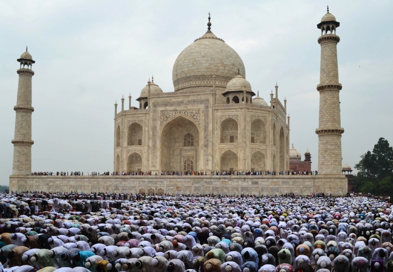 <p>The real Taj Mahal bears little similarity to the Karachi Zoo attraction based on the structure's namesake.</p>