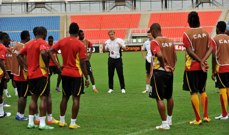 <p>Ghana national football team coach Goran Stevanovic of Serbia (C) speaks to players taking part in a training session on Febuary 7, 2012, in Bata, a day ahead of the 2012 Africa Cup of Nations semi-final football match between Zambia and Ghana</p>