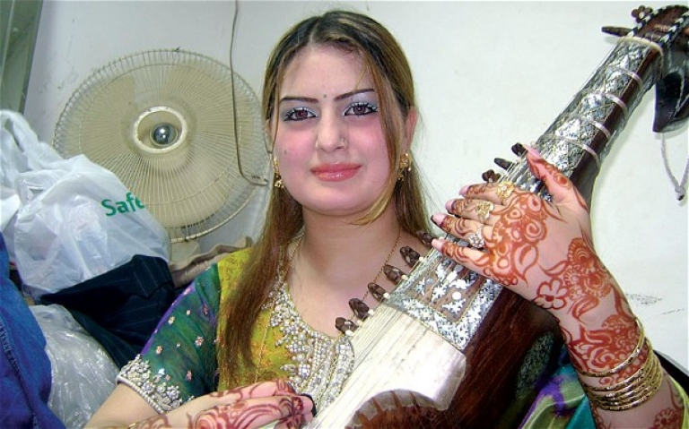 <p>Pakistan's popular female singer Ghazala Javed was shot dead along with her father in the north-western city of Peshawar.</p>