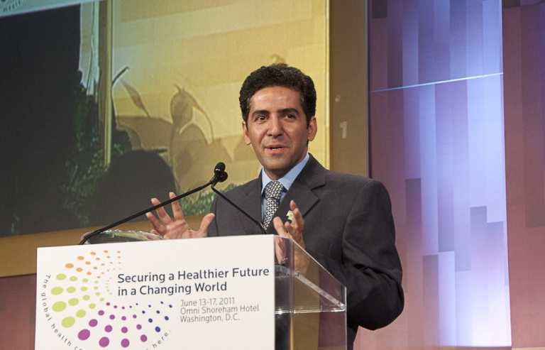 <p>Dr. Kamiar Alaei recieves the 2011 Jonathan Mann award at the Global Health Council awards reception.</p>