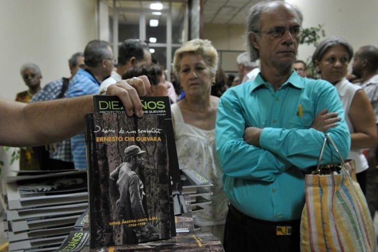 <p>People wait in line in Havana, Cuba, to receive a copy of the new
