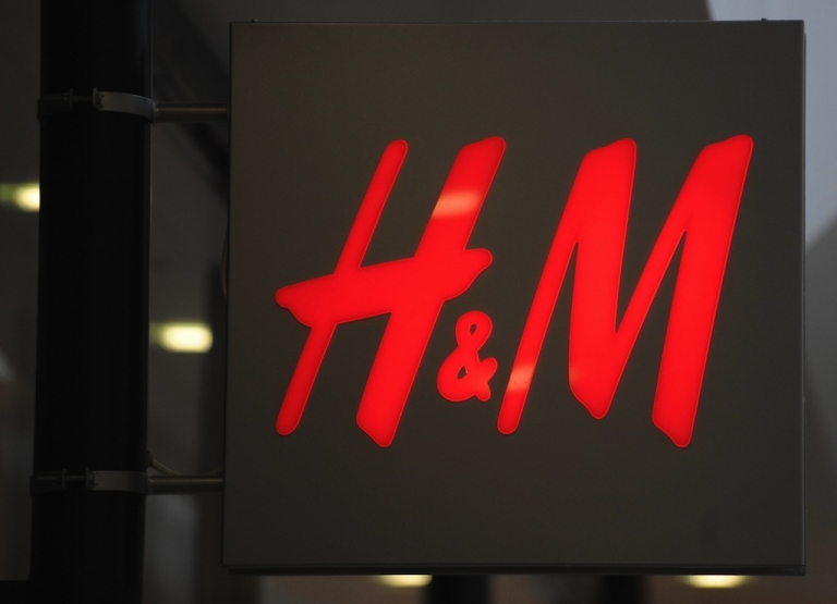 <p>Swedish retail chain H&amp;M is pulling its headdress from Canada shops after complaints they were offensive to aboriginal Canadians.</p>