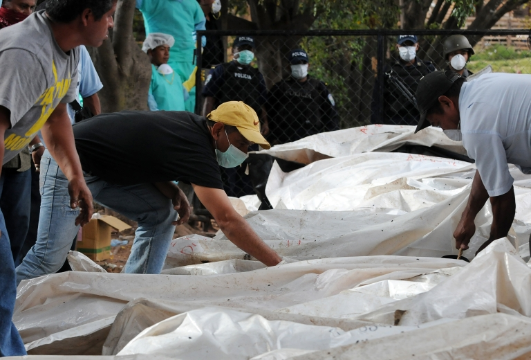 <p>Relatives of the victims of the prison fire in Comayagua, who trespassed the security cordon, attempt to find the corpses of their beloved ones on Monday outside the Judicial Morgue premises in Tegucigalpa.</p>