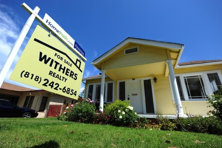 <p>Pending sales of previously owned US homes hit a 2 1/2 year high in November.</p>