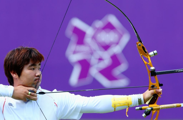 <p>South Korea's Im Dong Hyun takes aim, at Lord's Cricket Ground on July 22, 2012 in London.</p>