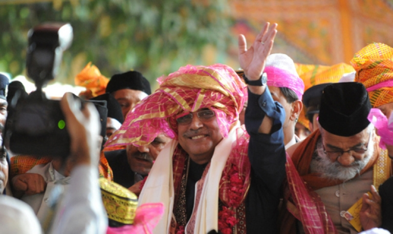 <p>Pakistan president Asif Ali Zardari visited India on Sunday in an effort to improve bilateral relations through an informal meeting with Indian prime minister Manmohan Singh.</p>