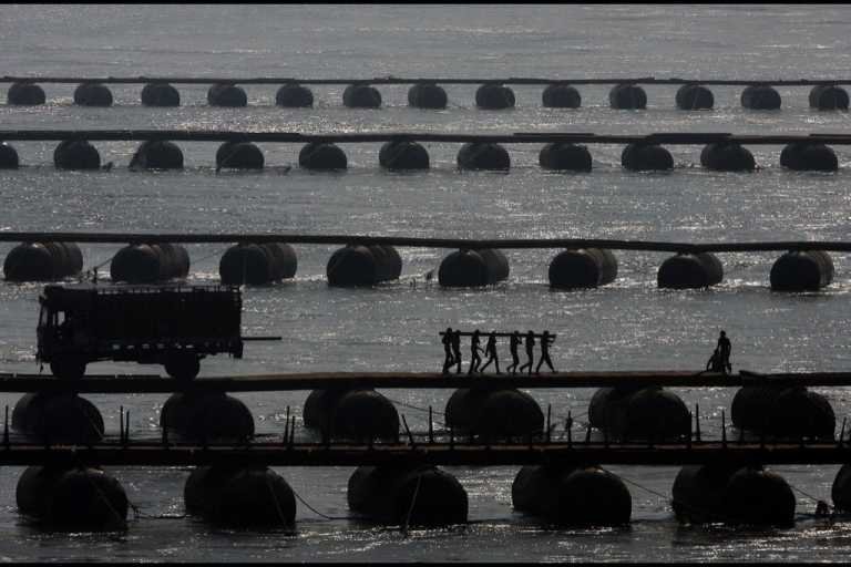 <p>Indian labourers carry wood sleepers to construct a temporary pontoon bridge over the River Ganges at Allahabad on November 27, 2012.</p>