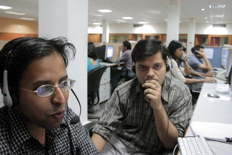 <p>Indian employees of the Quark call center work during their night shift, late 09 May 2005 in Mohali, in India's northern state of Punjab.</p>