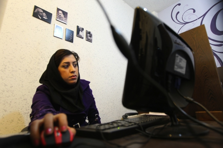 <p>An Iranian woman surfs the Internet at a cyber cafe in central Tehran on January 24, 2011.</p>