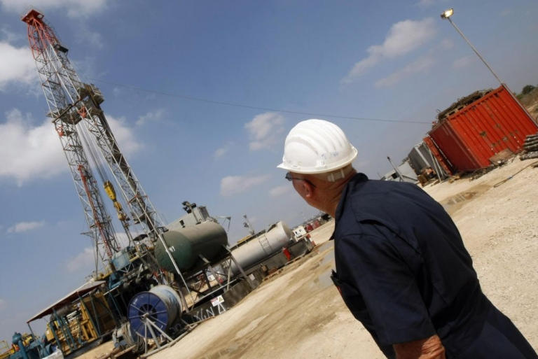 <p>An Israeli employee works at Zion Oil and Gas company's oil-drilling platform in Israel's onshore rig in Maanit in 2009.</p>