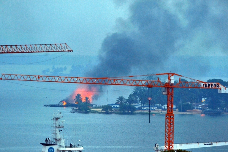 <p>A fire is seen at the naval base controlled by forces loyal to Ivory Coast strongman Laurent Gbagbo in Abidjan on April 10, 2011.</p>