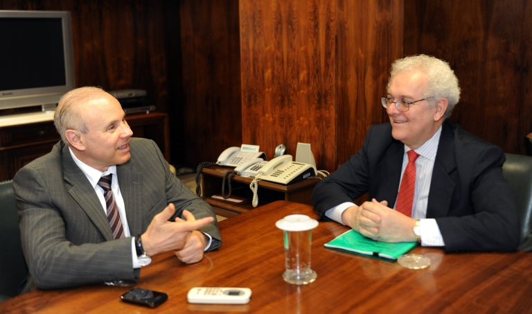 <p>Brazilian Finance Minister Guido Mantega (L) talks with the former Colombian finance minister Jose Antonio Ocampo, who has said he is ending his bid to become the World Bank's next president.</p>