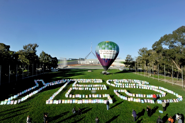 <p>A hot air balloon stands in front of Parliament House during a pro-carbon tax rally in Canberra on October 12, 2011. Australia's lower house on October 12 passed a contentious new tax on carbon pollution.</p>